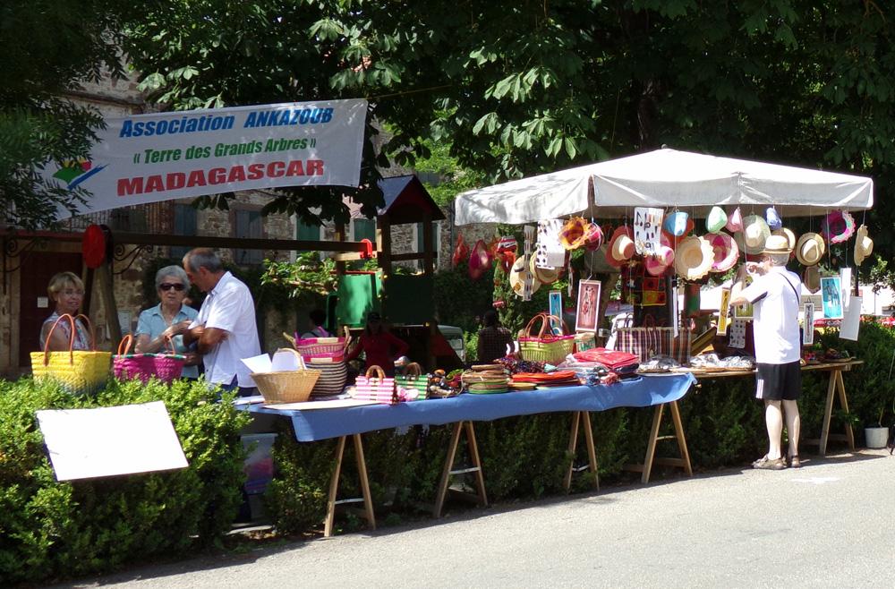 Vente d'artisanat malgache à la fête de l'âne