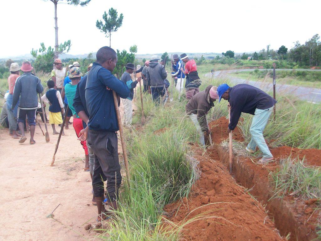 Tranchée creusée par les habitants pour mettre en place le tuyau qui reliera l'alimentation de la ville au quartier.