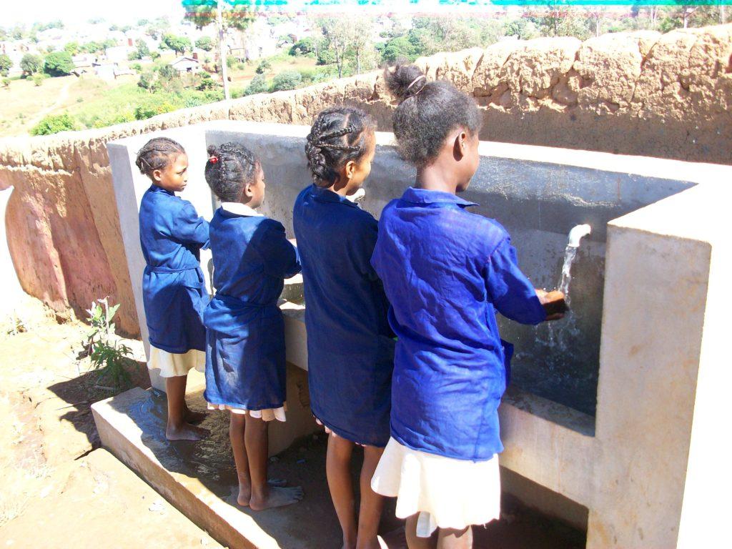 Les élèves se lavent les mains